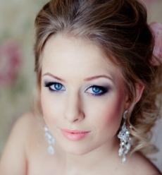 Фото праздничного макияжа для голубых глаз №1